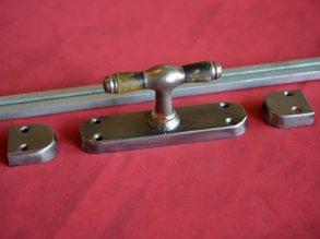 authentieke espagnolet uit de Jaren'30, greep met houten inleg.