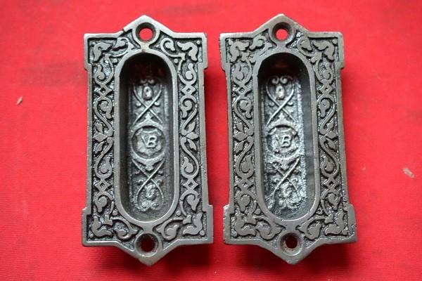 2 antieke schuifdeur kommen, rijkelijk versierd.