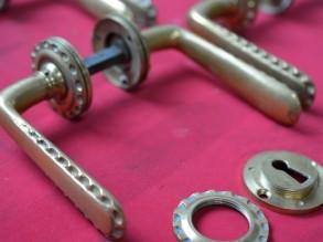4 koperen deurklinken met 2 sleutelrozetten