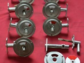 8 aluminium Vrij en Bezet uit de Jaren'50 met slot