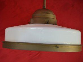 Messing hanglamp met opaal glazen kap.