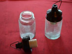2 glazen lampen met bakelieten houder.