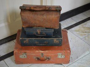 4 oude koffers van voor de oorlog