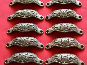 12 antieke rijkelijk versierde komgrepen
