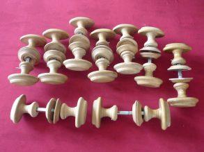 9 puntgave houten deurkrukken.
