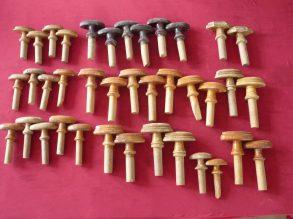 Oude houten bedstee of kastknoppen