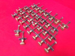 32 dezelfde koperen deurknopen.