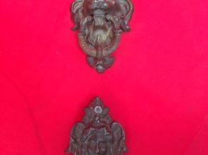 Antieke deurklopper en sleutelrozet
